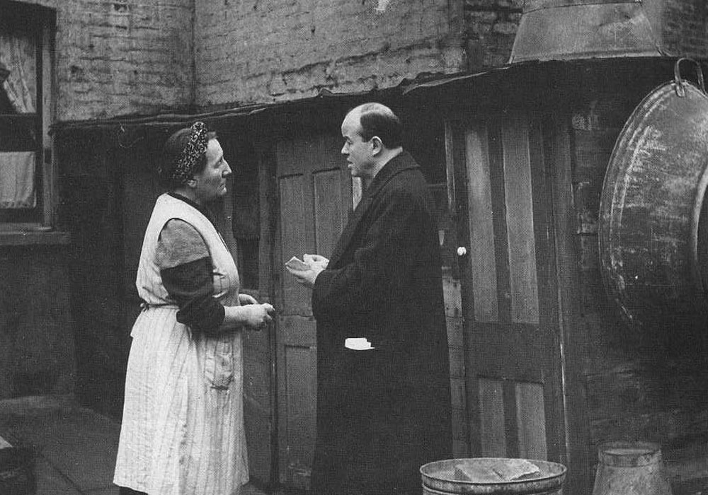 Phil Piratin talking to a woman in Stepney